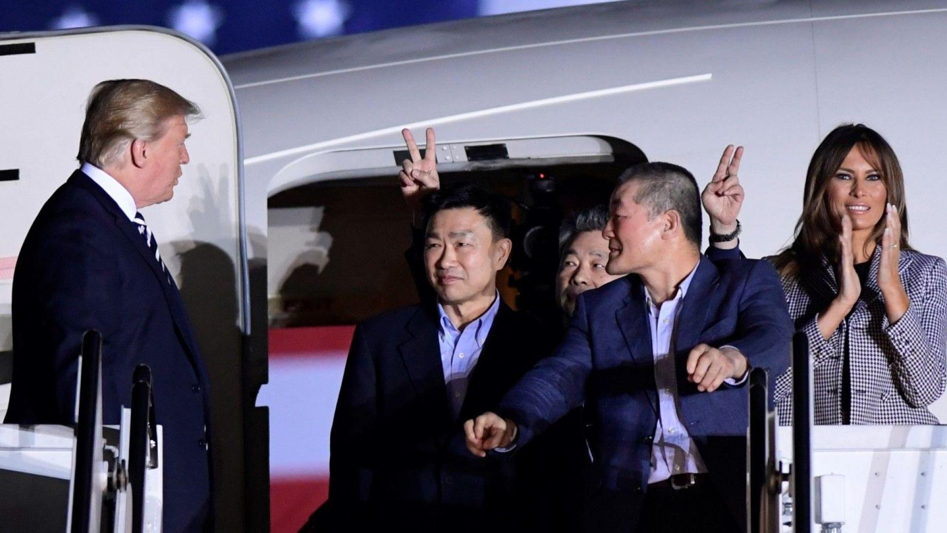 Тръмп и Мелания на крака при освободените от КНДР граждани на САЩ