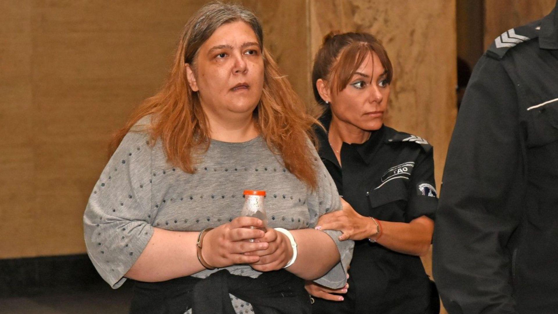 Обвинена в отцеубийство плаче в съда, но не трогна магистратите