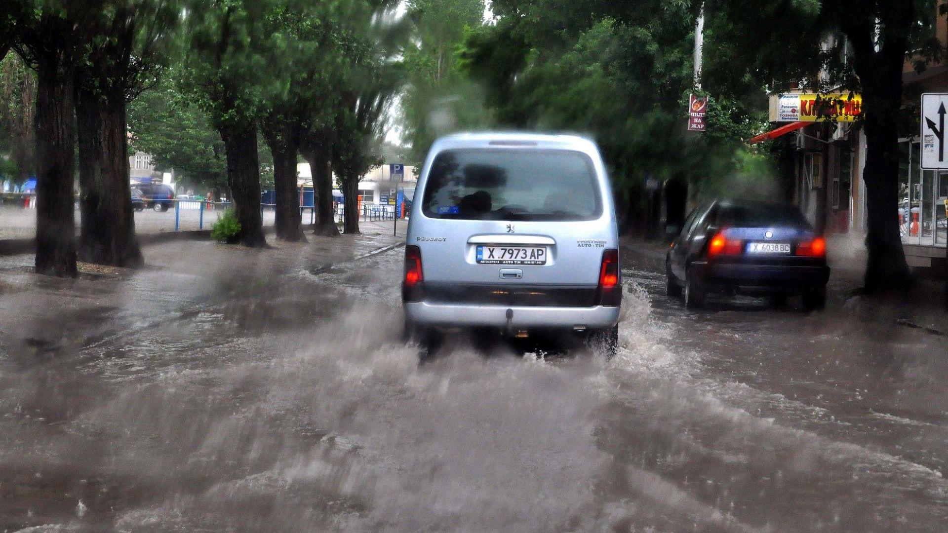 Проливен дъжд се изля над Хасково и Пловдив, наводни булеварди и сгради