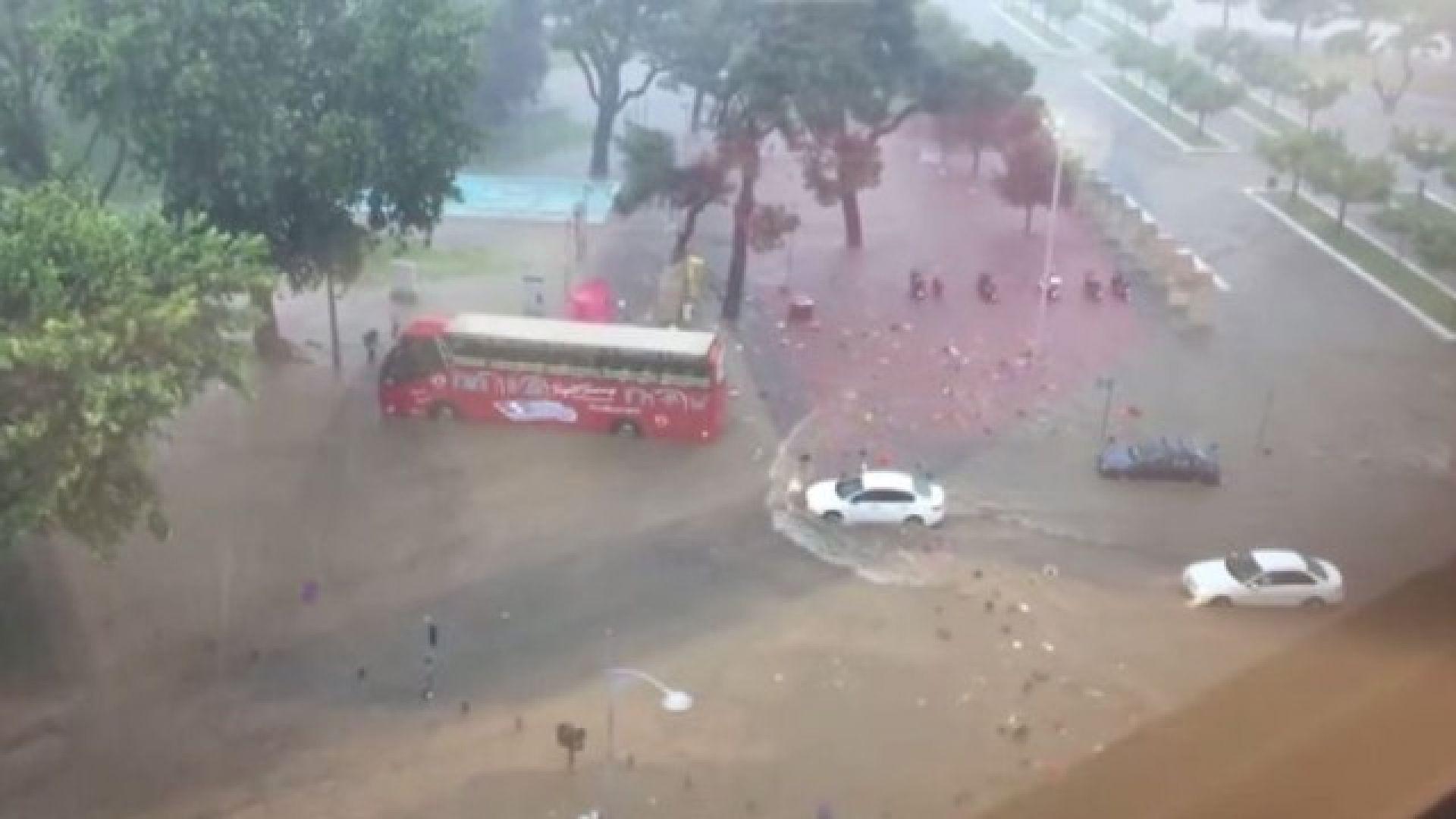 Силна буря с гръмотевици удари Солун (видео)
