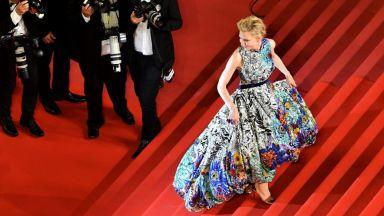 Кейт Бланшет се появи с невероятна флорална рокля в Кан (снимки)