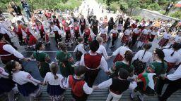 Десетки столичани се хванаха на хоро в деня на Св. Св. Кирил и Методий