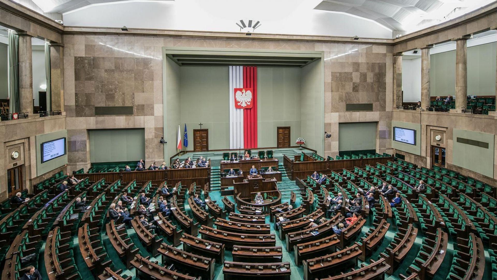 Полските депутати си намалиха заплатите с 20%