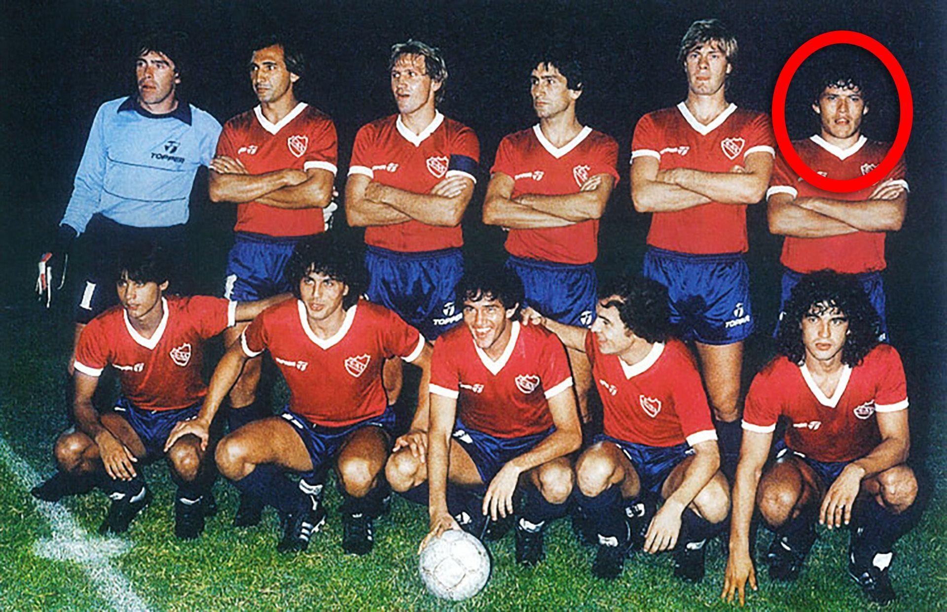 """""""Индепендиенте"""" - шампион на континента и света през 1984 г., а един от играчите горе вдясно прилича на Кайзер..."""