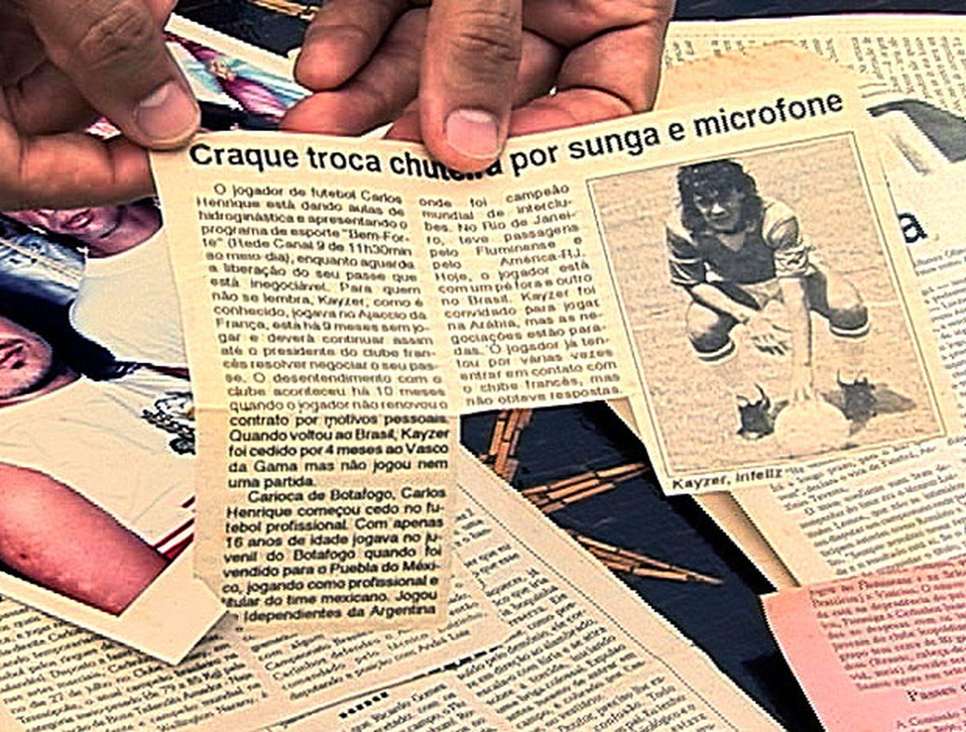 """Изрезки от вестници с материали за """"звездата""""."""