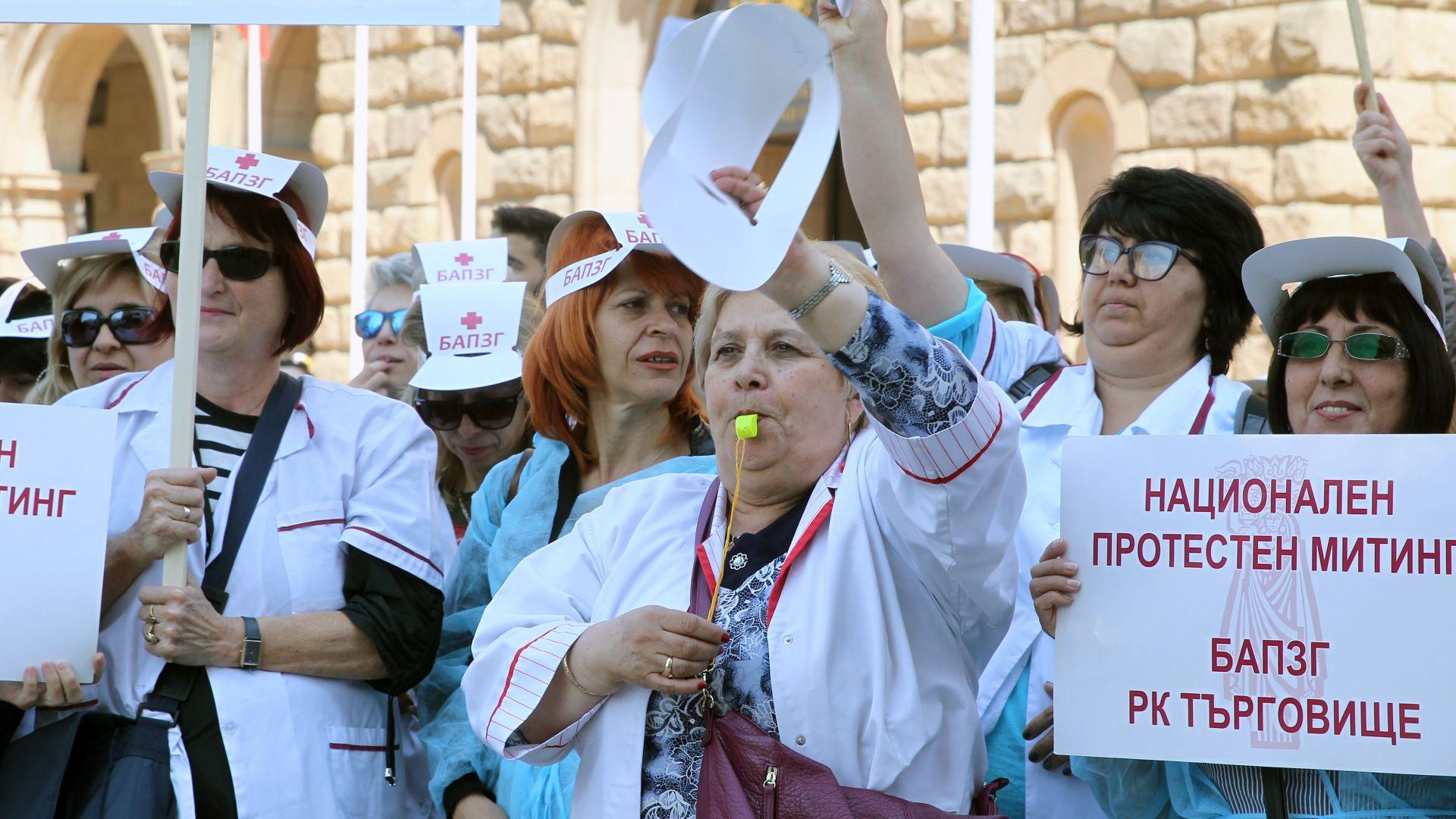 Стотици медсестри под прозорците на властта: Днес на протест, утре стачка
