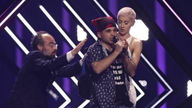 """Гаф на """"Евровизия"""": Натрапник прекъсна изпълнението на Великобритания"""