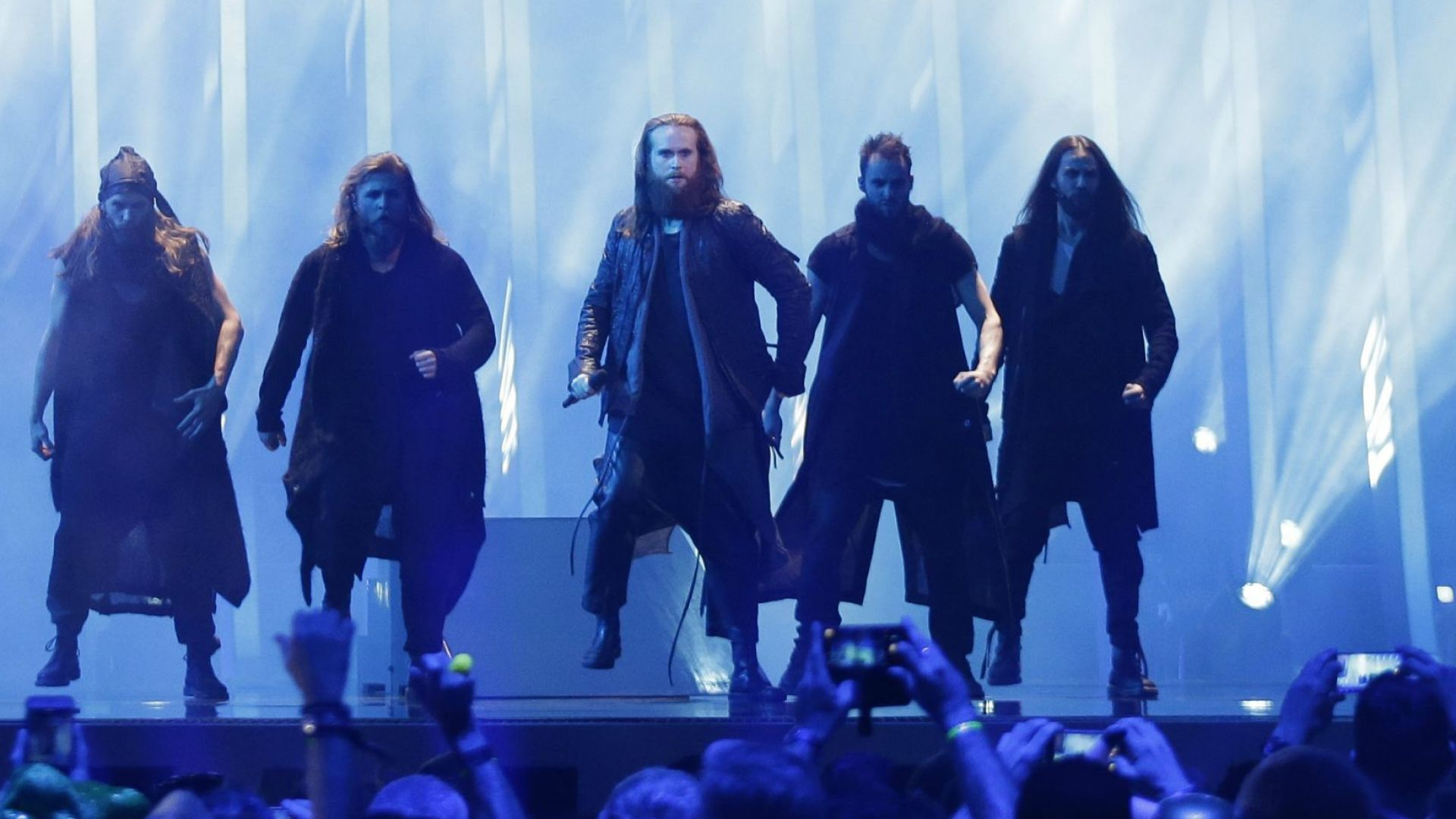 Датчаните с мъжкарски танц на сцената