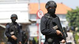 Нов атентат в Индонезия, 10 ранени при атака на полицията