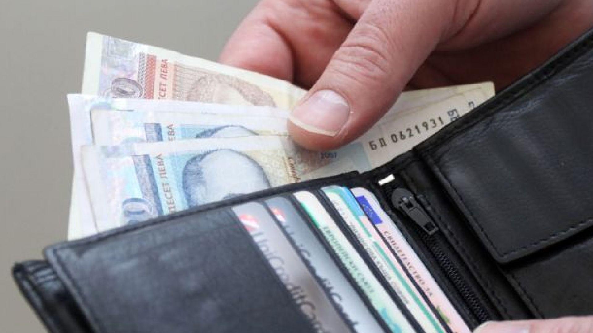 Средната заплата за тримесечие - 1077 лв., спаднала с 1.6%
