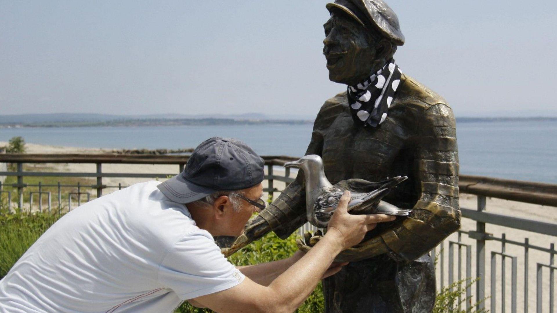 Скулптурата на Петьо Пандира вече е с гларус в ръце