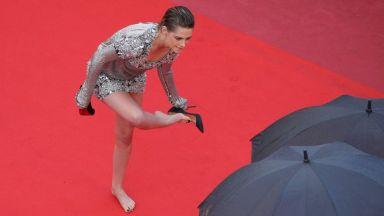 Кристен Стюарт с безвкусен тоалет и боса на червения килим (снимки)
