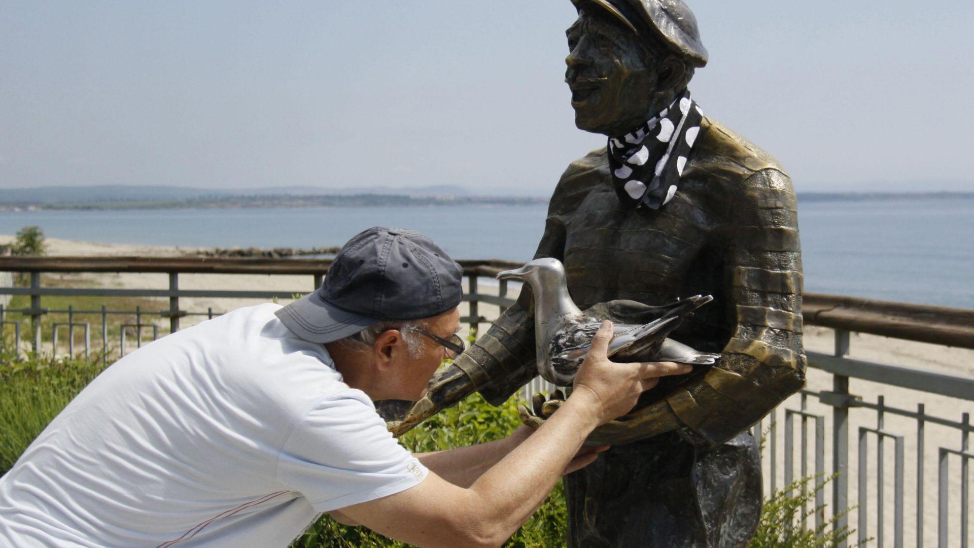 Скулптурата на Петьо Пандира отново е с гларус в ръцете си