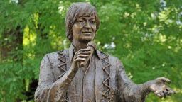 Откриха паметник на Емил Димитров в родния му Плевен