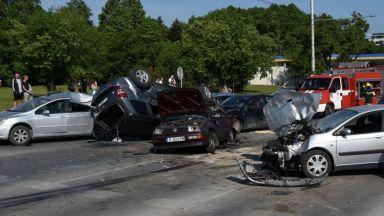 Четирима в болница след катастрофа между 6 коли във Варна (снимки)