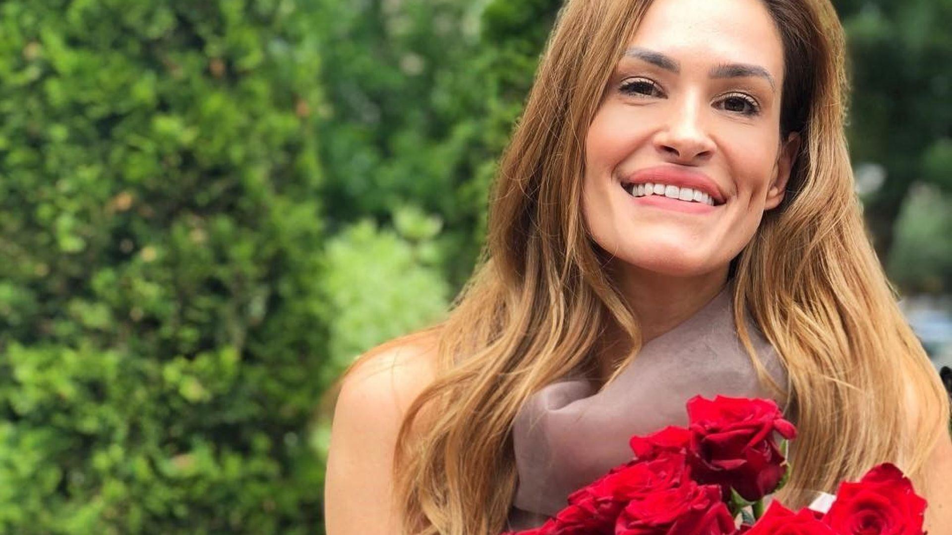 Теди Велинова празнува 40-и РД с огромен букет червени рози (снимки)