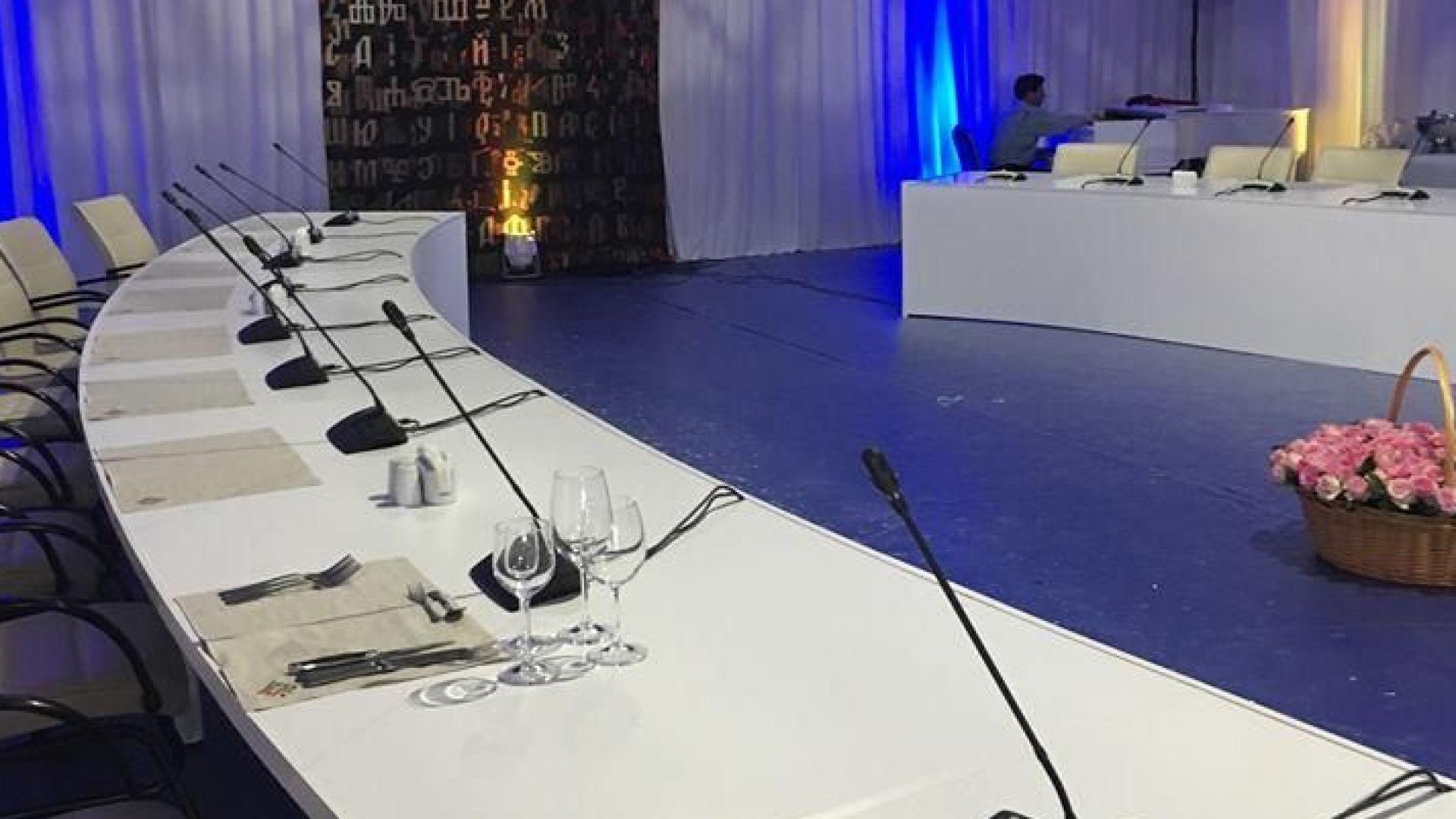 Лидерите на ЕС се събират на маса от рециклиран картон в София (снимки)