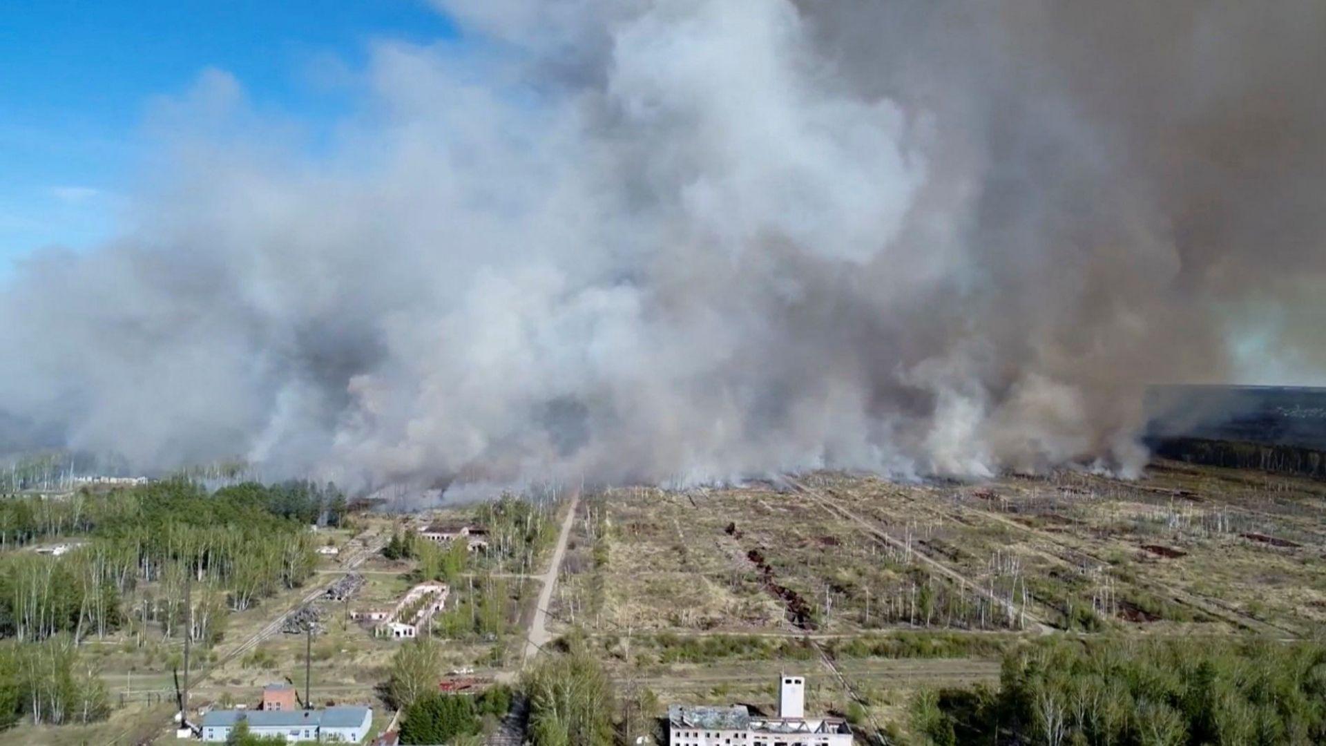 Хиляди евакуирани от руски град заради пожар и взривове в склад за боеприпаси