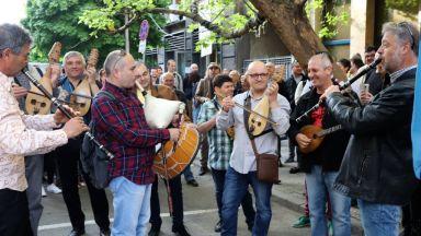 Музикантите от БНР протестират с концерт пред евролидерите