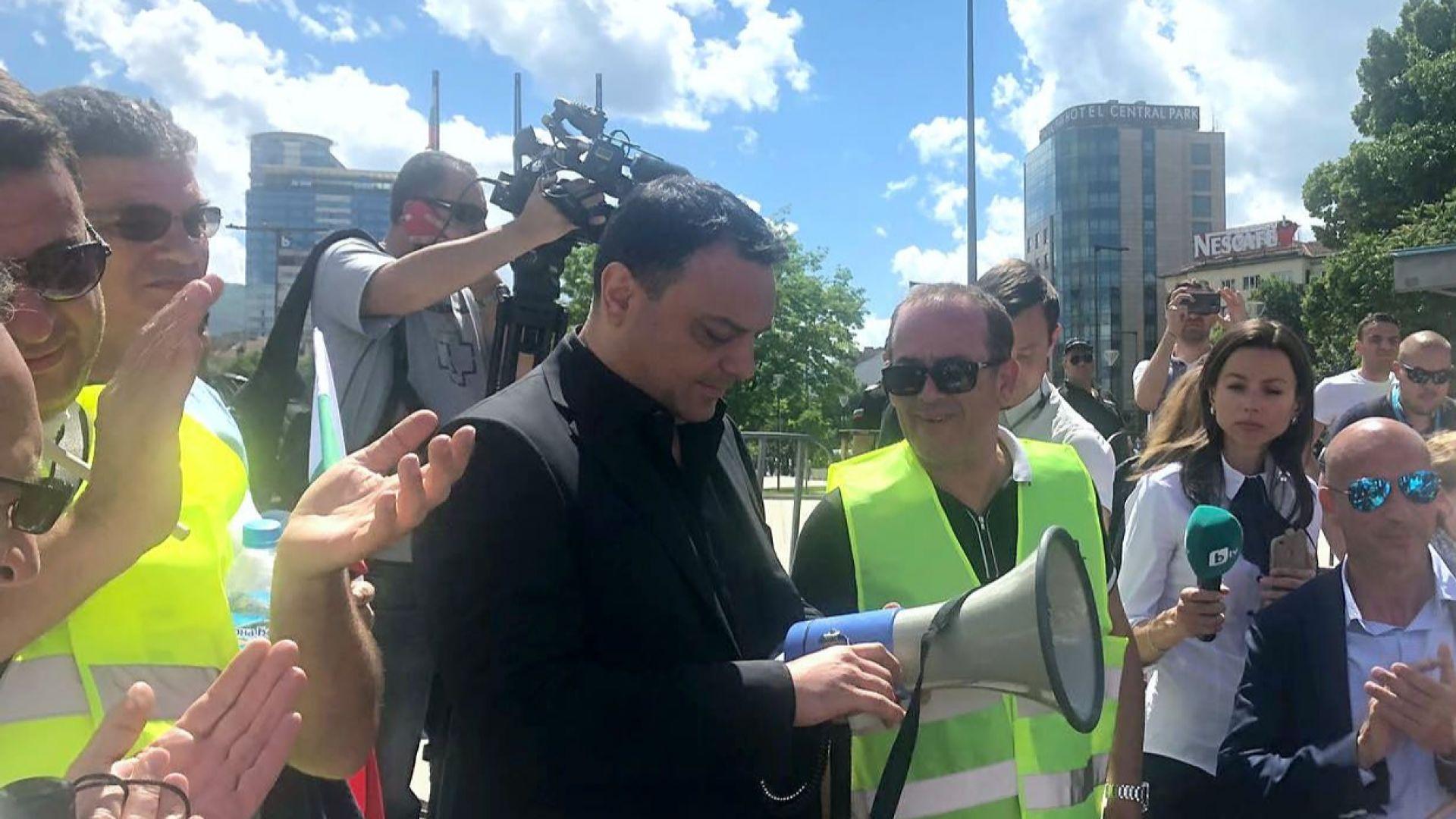 Министър Московски излезе при протестиращите превозвачи