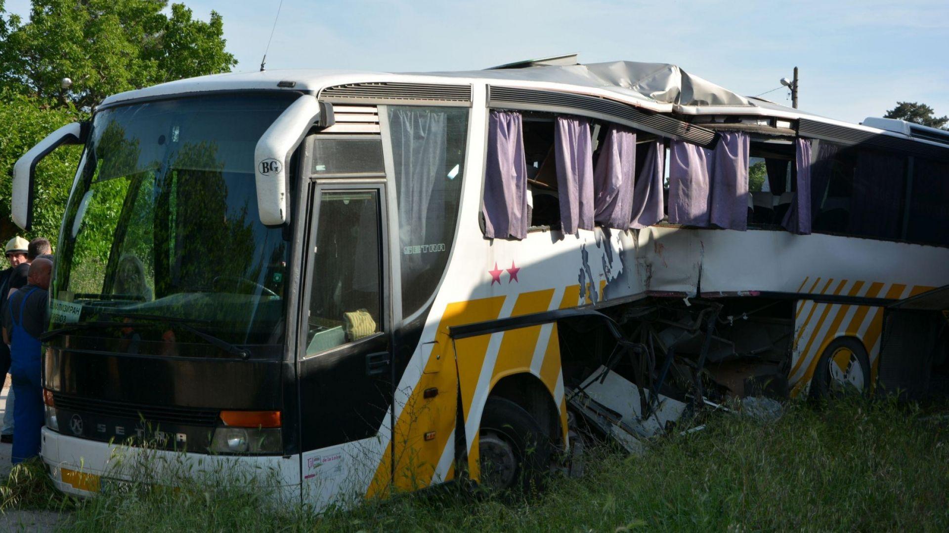 Влак блъсна автобус с работници край Симеоновград (снимки+видео)