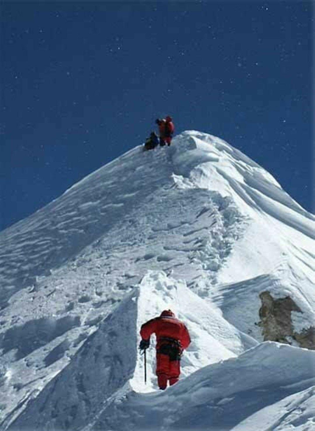 Връх Шиша Пангма е висок 8027 метра