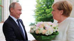 Путин посрещна Меркел с бели рози в Сочи