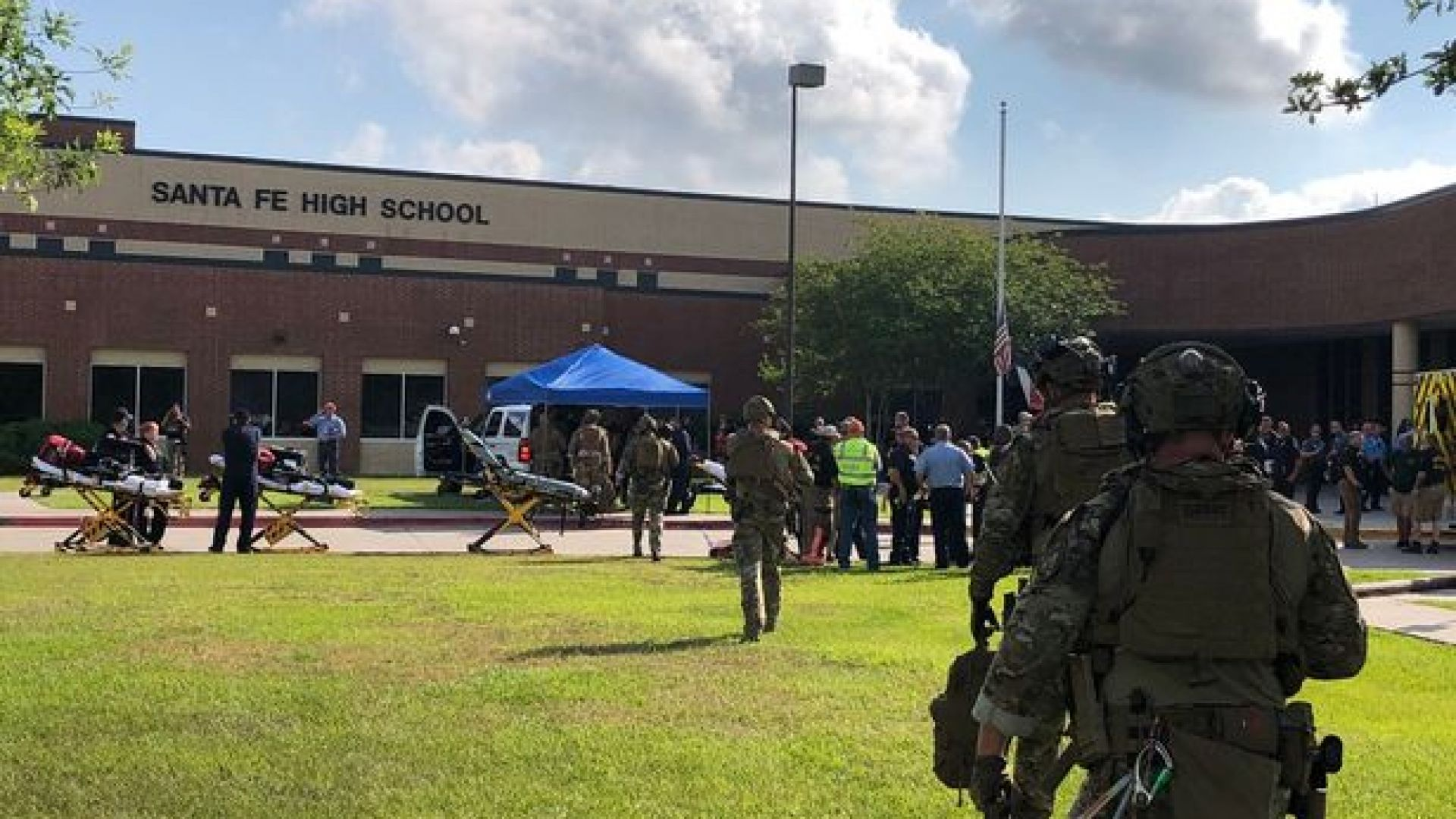 10 убити при стрелба в гимназия в Тексас (видео)