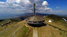 Социалистическият символ на връх Бузлуджа се руши