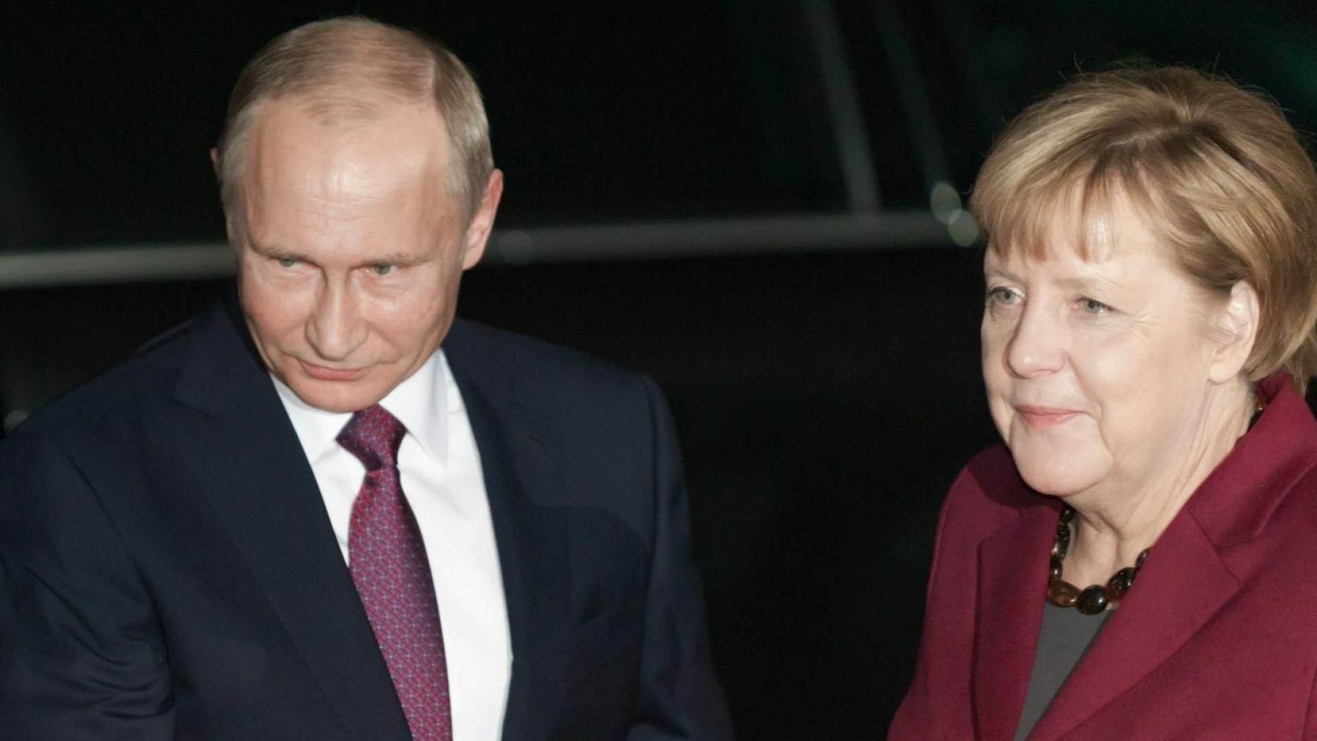 Путин и Меркел се договориха: Руски газ ще продължи да тече през Украйна