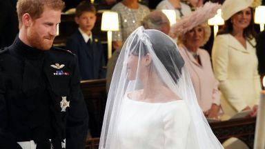Какво прошепна принц Хари на Меган в църквата (видео)