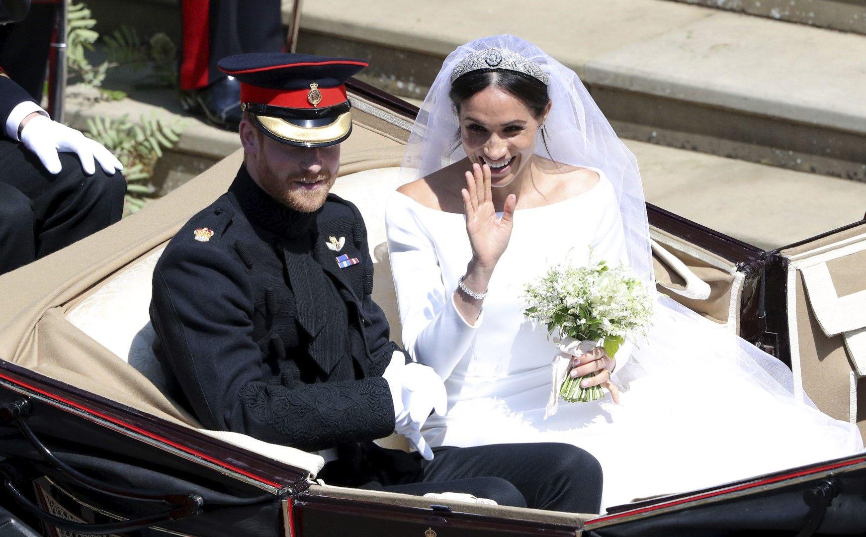 Принц Хари и Меган Маркъл в каляската след църковната служба