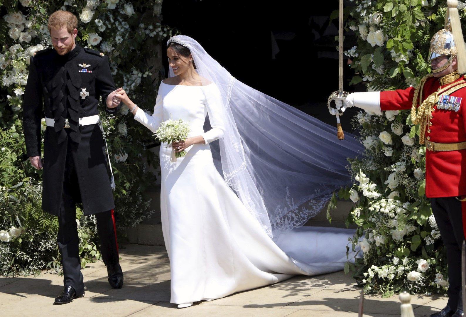 Принц Хари и Меган напуснаха църквата като съпруг и съпруга