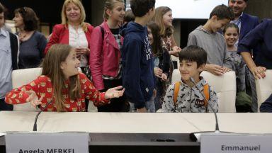 Ученици първи пробваха столовете на евролидерите в НДК