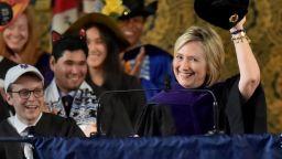 Хилари Клинтън донесе ушанка на дипломирането в Йейлския университет