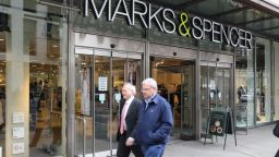 Веригата Marks & Spencer закрива десетки магазини
