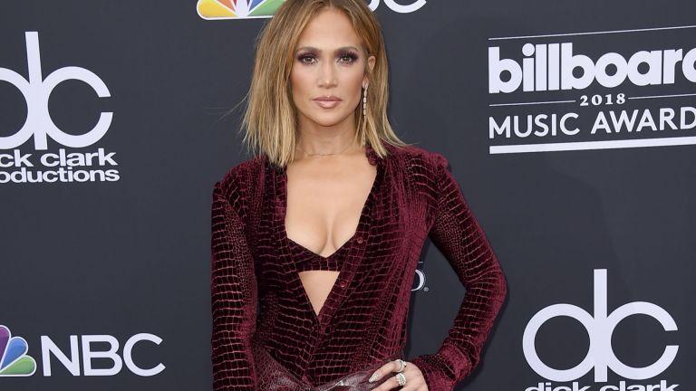 """Джей Ло показа плът на наградите """"Билборд"""" (снимки)"""