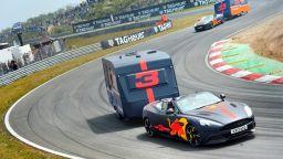 """Пилотите на """"Ред Бул"""" с атрактивно състезание с каравани"""