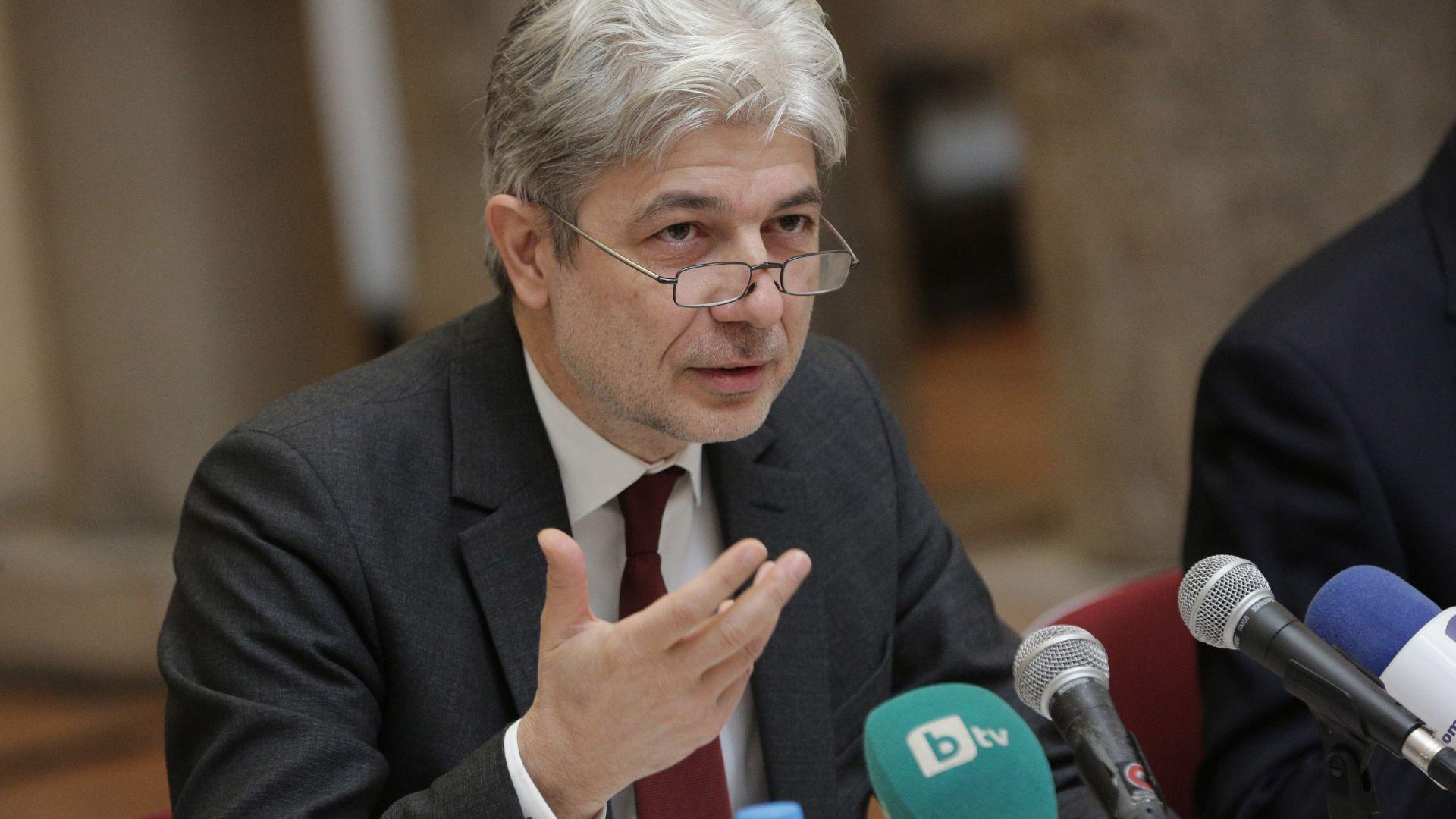 Министър направи първа копка на нова фитнес площадка в Пловдив