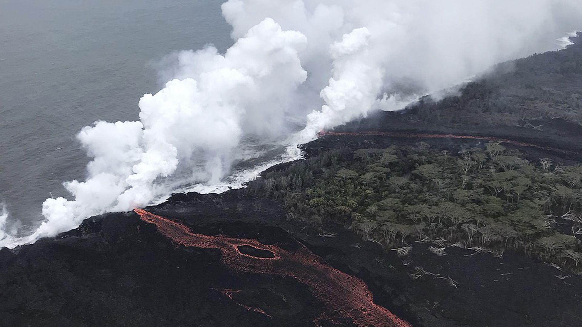 Разтопена лава заплашва геотермална електростанция станция на Хаваите (видео)