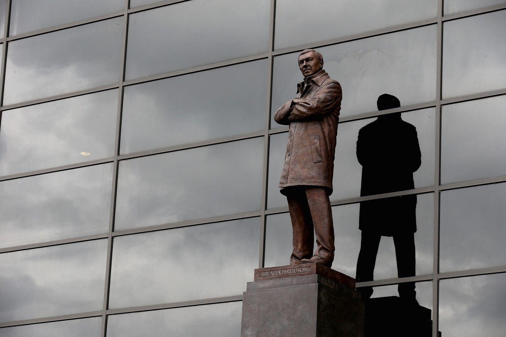Статуята на сър Алекс Фъргюсън пред стадиона