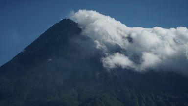 Индонезия обяви тревога заради вулкана Маунт Мерапи