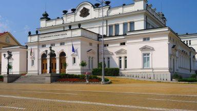 Поне за клетвата: Народното събрание се мести в старата си сграда