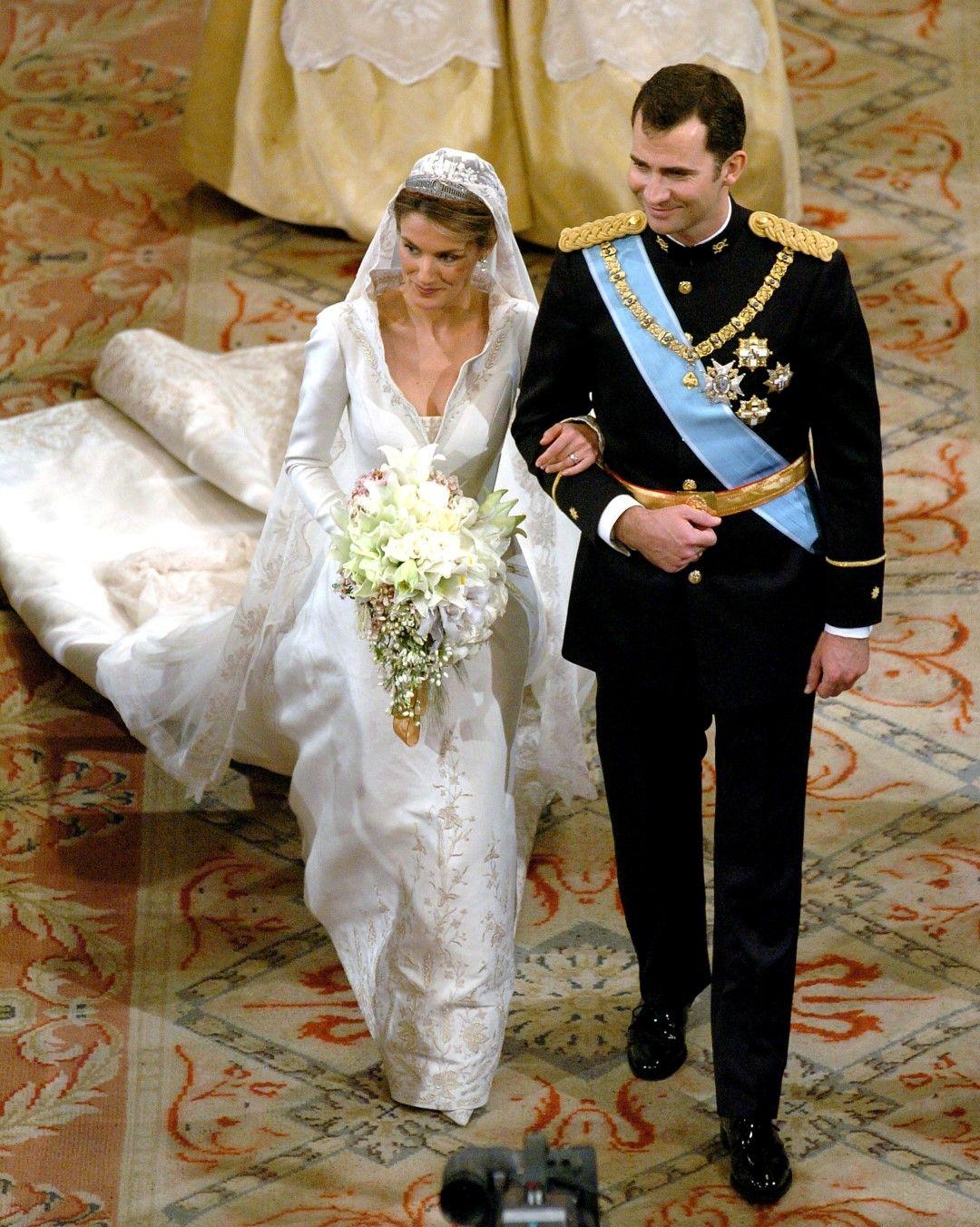 На сватбата си Летисия е облечена в рокля на испанския дизайнер Мануел Пертегас