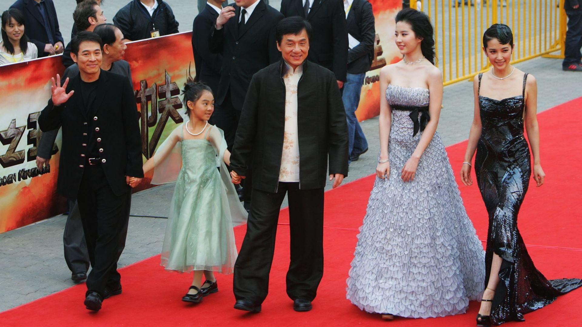 """Джет Ли с дъщеря си и Джеки Чан на премиерата на """"Забраненото кралство"""" през 2008 г."""