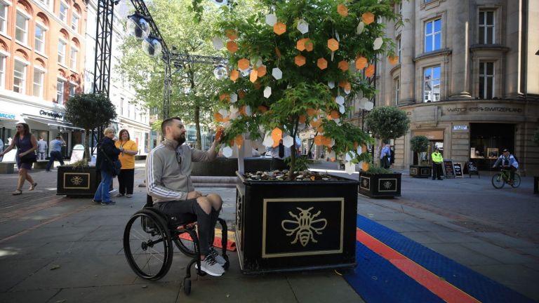 В Манчестър почетоха паметта на жертвите от атентата преди година (снимки)