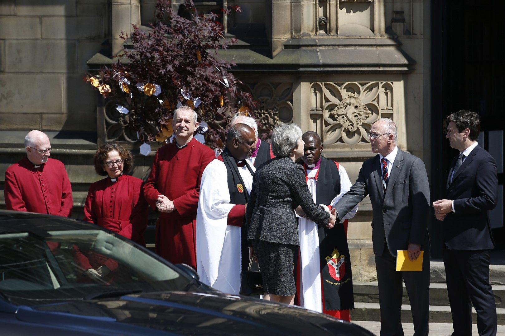 Премиерът Тереза Мей с религиозни водачи пред катедралата