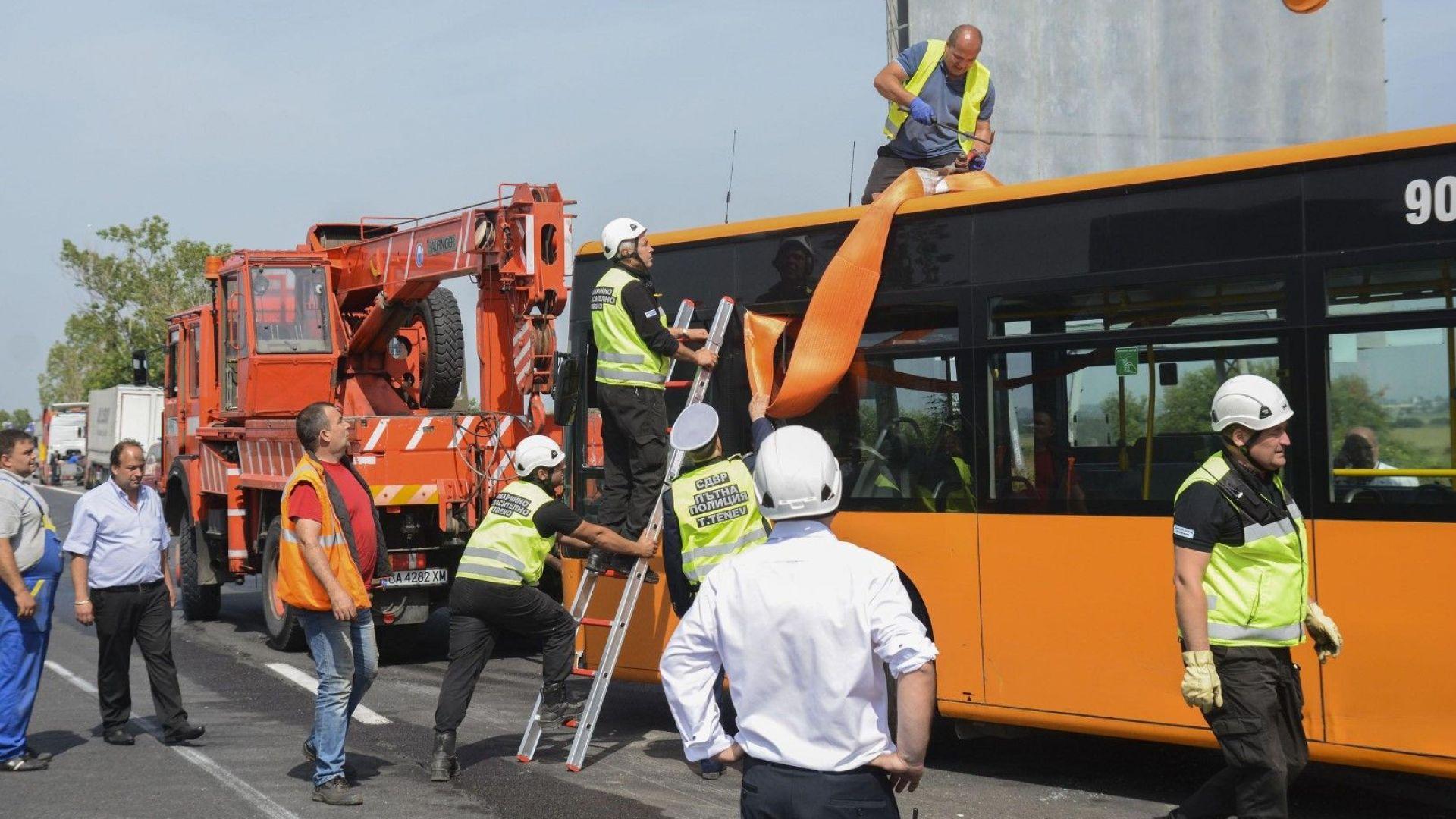 """Извадиха от канавката автобуса, който бе пометен от турски ТИР на """"Тракия"""""""