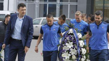 Играчи и фенове поднесоха цветя по случай годишнината