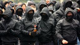 """Маскирани ултраси нападнаха фенове на """"Ливърпул"""" в Киев"""